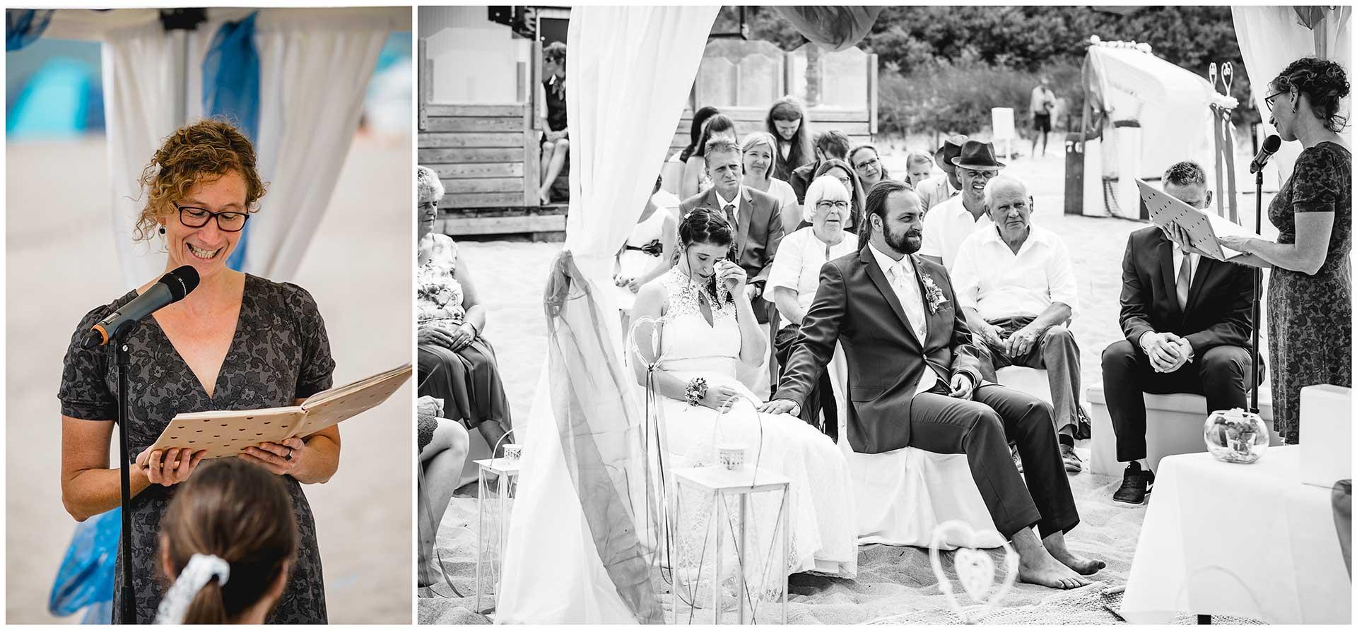 Foto-1_Traurednerin_Tante-der-Braut-haelt-bei-der-Freien-Trauung-am-Strand_Foto 2_Brautpaar-und Gaeste-Hochzeit-am-Strand-Hochzeitsfotograf-Warnemuende-Hochzeitsfotograf-Rostock-Hochzeitsfotograf-Ostseebad-Warnemuende