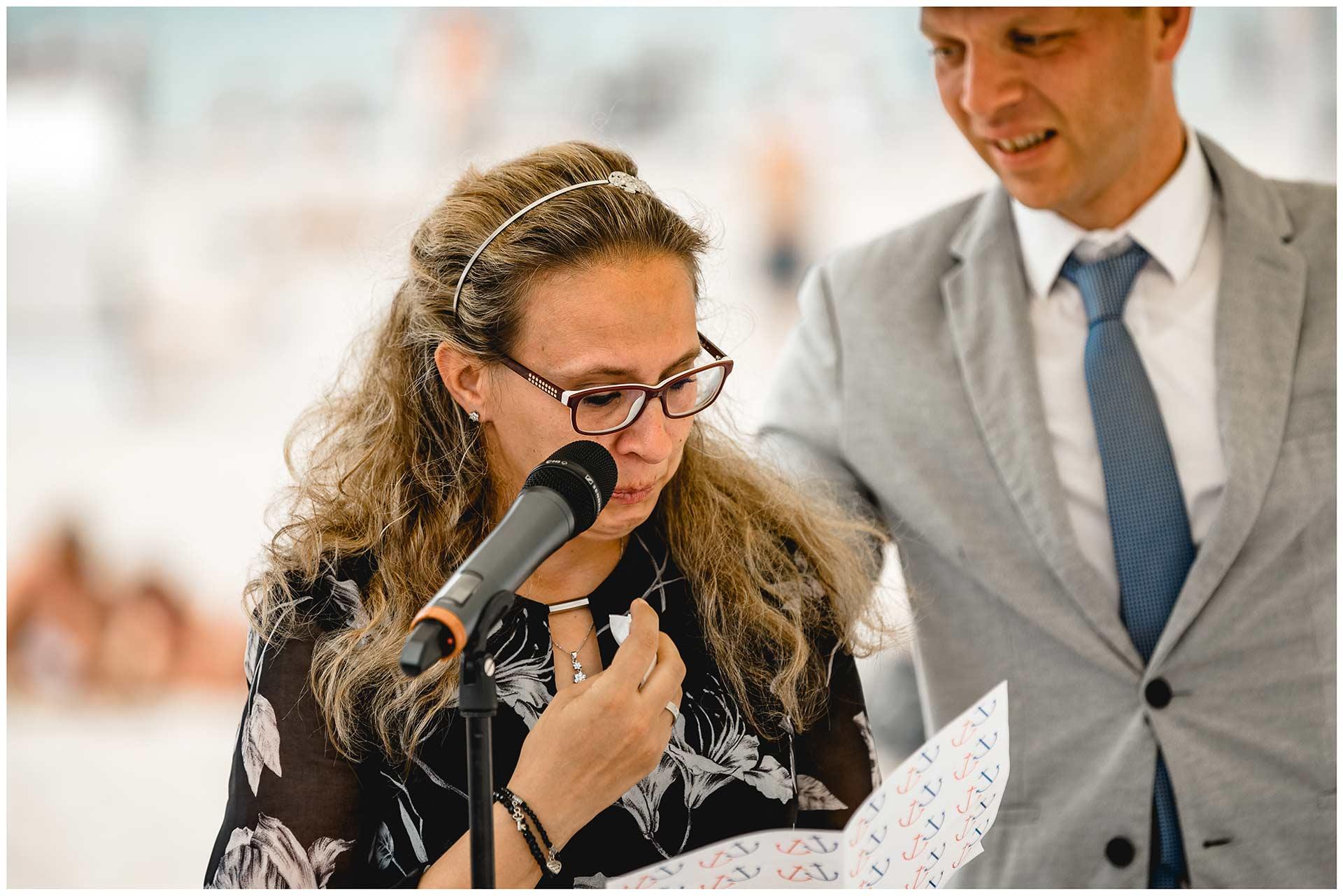 Freundin-des-Brautpaares-haelt-eine-Rede-bei-der-Freien-Trauung-am-Strand-Hochzeit-am-Strand-Hochzeitsfotograf-Warnemuende-Hochzeitsfotograf-Rostock-Hochzeitsfotograf-Ostseebad-Warnemuende
