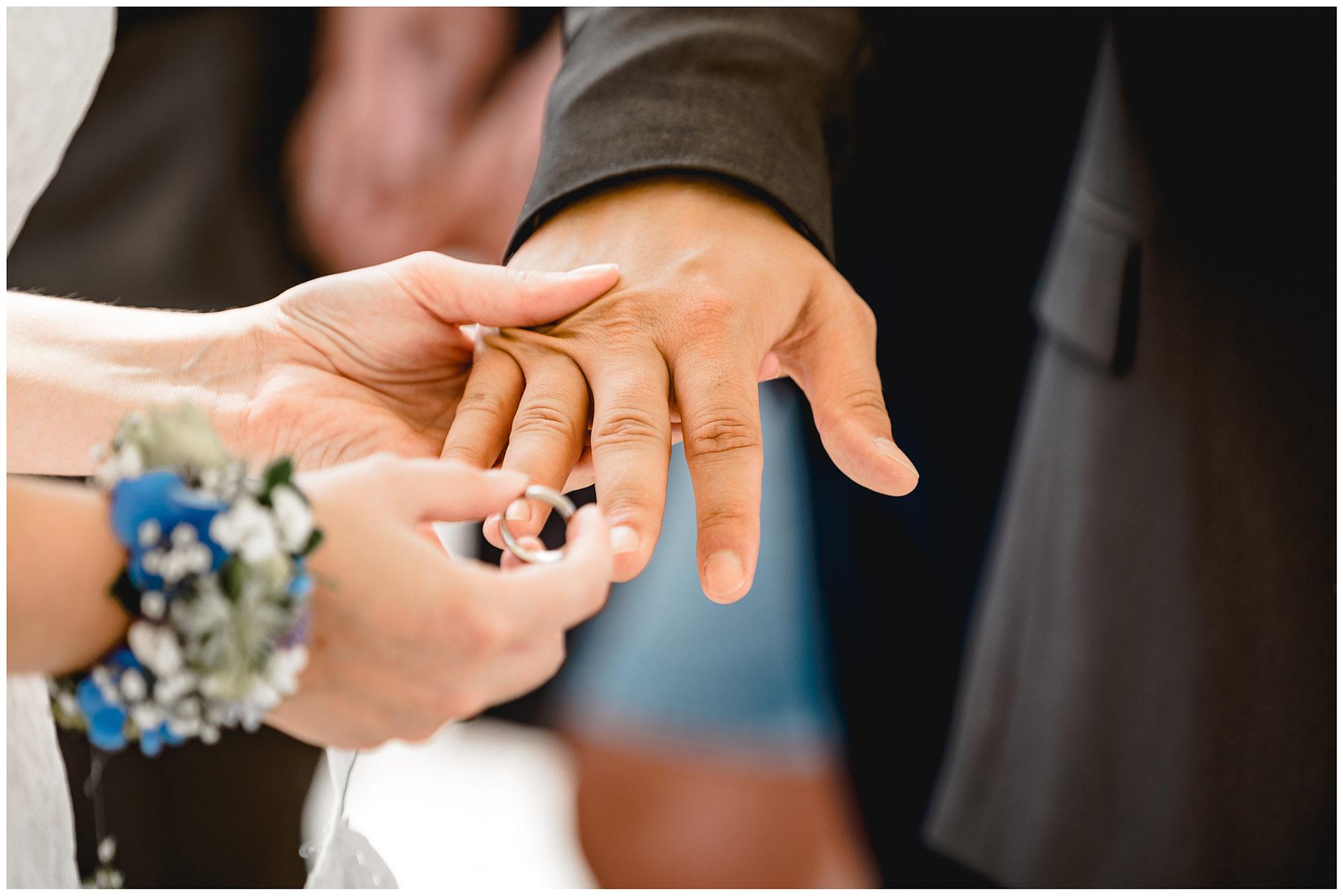 Braut-steckt-Braeutigam-den-Ehering-auf-Hochzeit-am-Strand-Hochzeitsfotograf-Warnemuende-Hochzeitsfotograf-Rostock-Hochzeitsfotograf-Ostseebad-Warnemuende