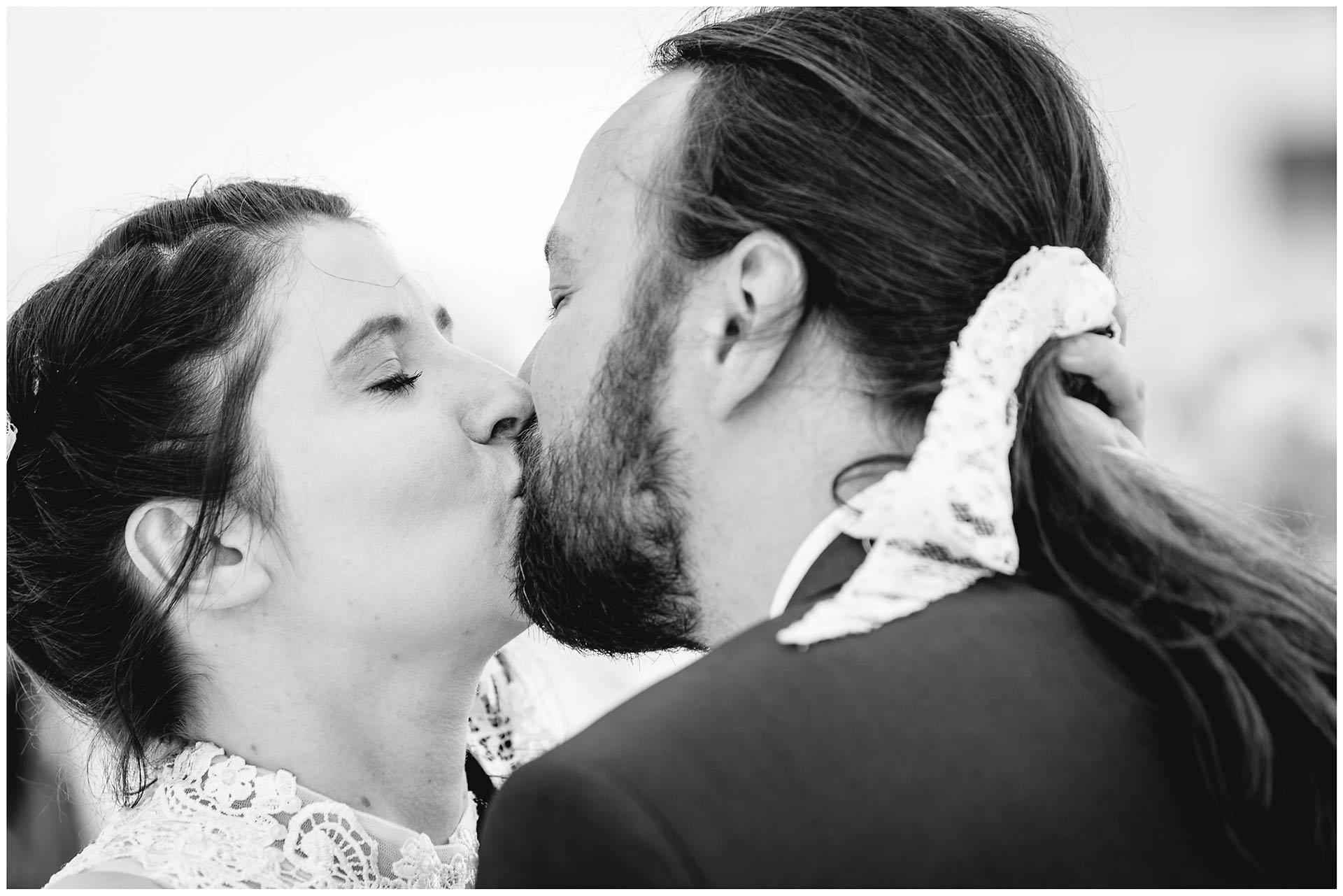 Portraitfoto_Hochzeitspaar-kuesst-sich-liebevoll-Hochzeit-am-Strand-Hochzeitsfotograf-Warnemuende-Hochzeitsfotograf-Rostock-Hochzeitsfotograf-Ostseebad-Warnemuende