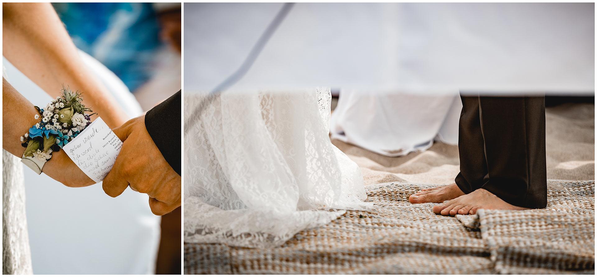 Foto-1_Haende-des-Brautpaaren-mit-Eheversprechen-auf-Zettel-geschrieben_Foto 2_Fuesse-des-Brautpaaren-ohne-Schuhe-Hochzeit-am-Strand-Hochzeitsfotograf-Warnemuende-Hochzeitsfotograf-Rostock-Hochzeitsfotograf-Ostseebad-Warnemuende