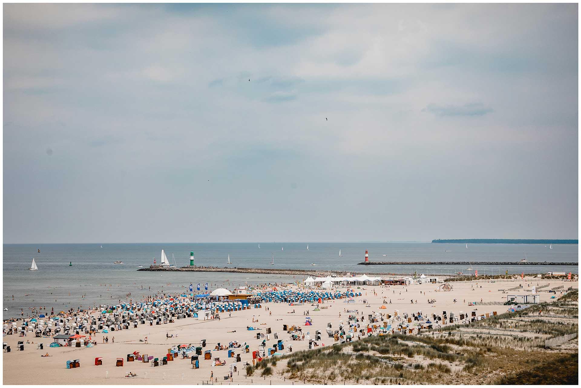Blick-über-den-Warnemünder-Strand-Hochzeitsfotograf-Warnemuende-Rostock-Hochzeitsfotograf-Ostseebad-Warnemünde