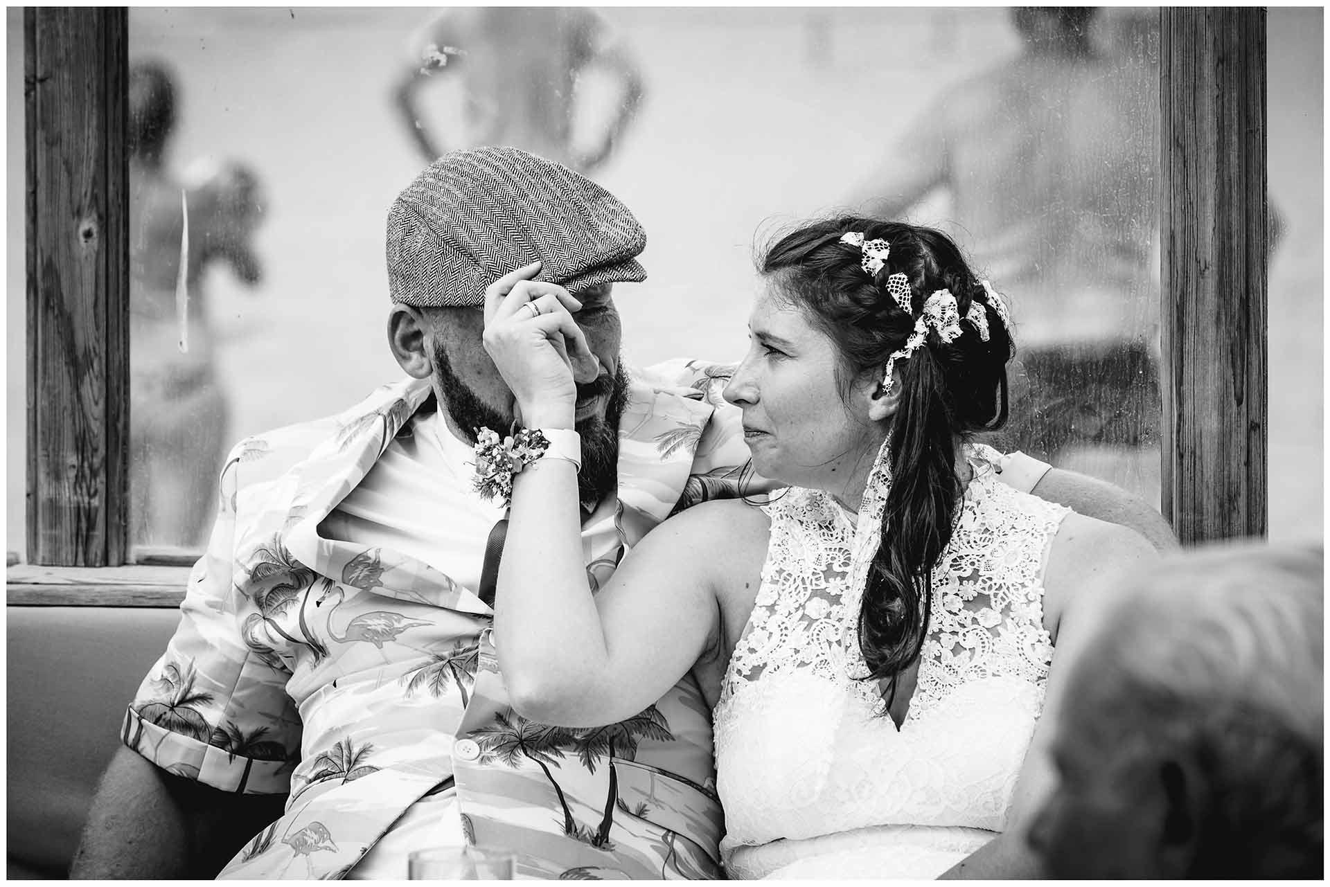 Braut-sitzt-mit-Bruder-zusammen-Hochzeitsfotograf-Warnemuende-Hochzeitsfotograf-Rostock-Hochzeitsfotograf-Ostseebad-Warnemuende
