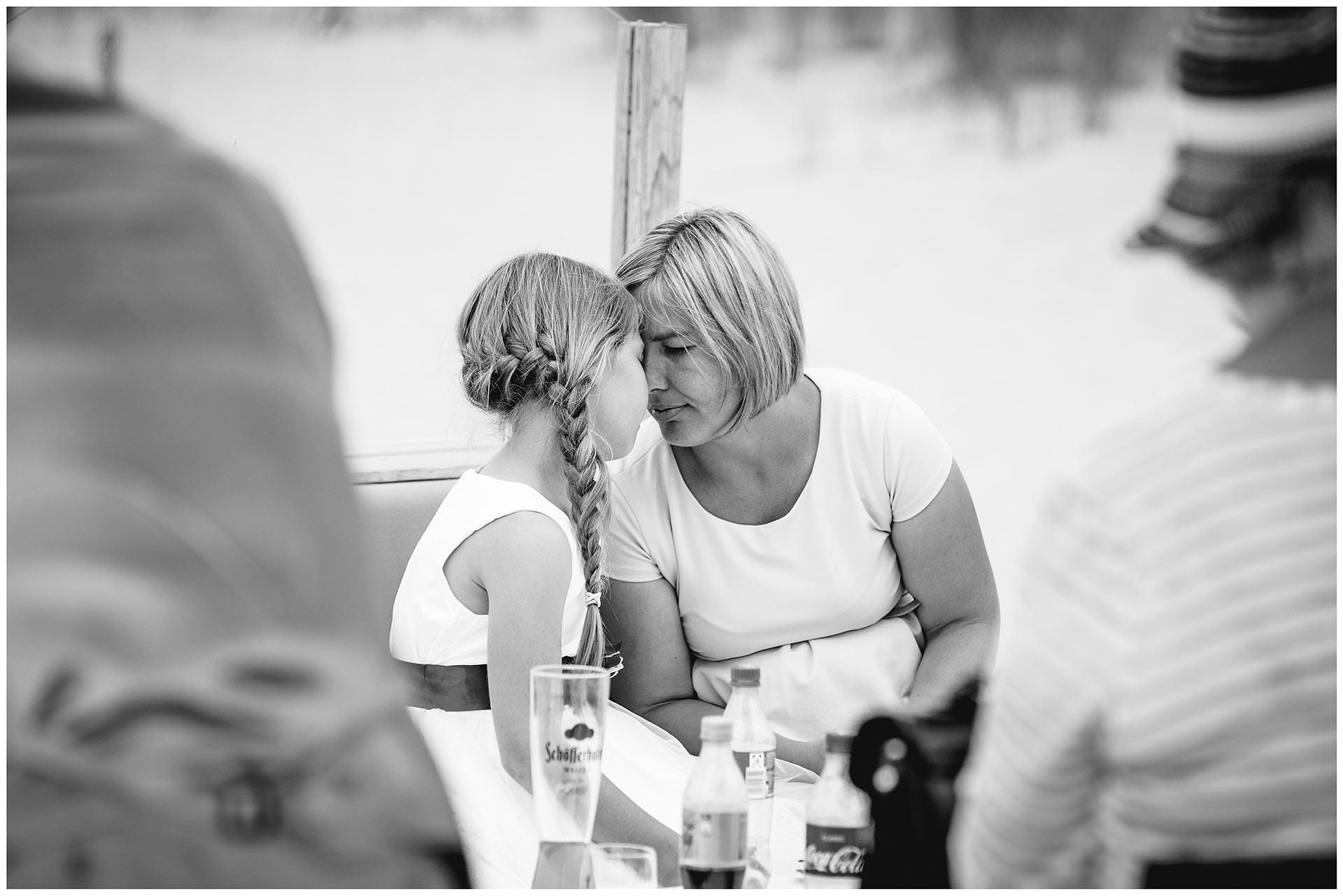 Mutter-und-Tochter-kuscheln-miteinander-Hochzeitsfotograf-Warnemuende-Hochzeitsfotograf-Rostock-Hochzeitsfotograf-Ostseebad-Warnemuende