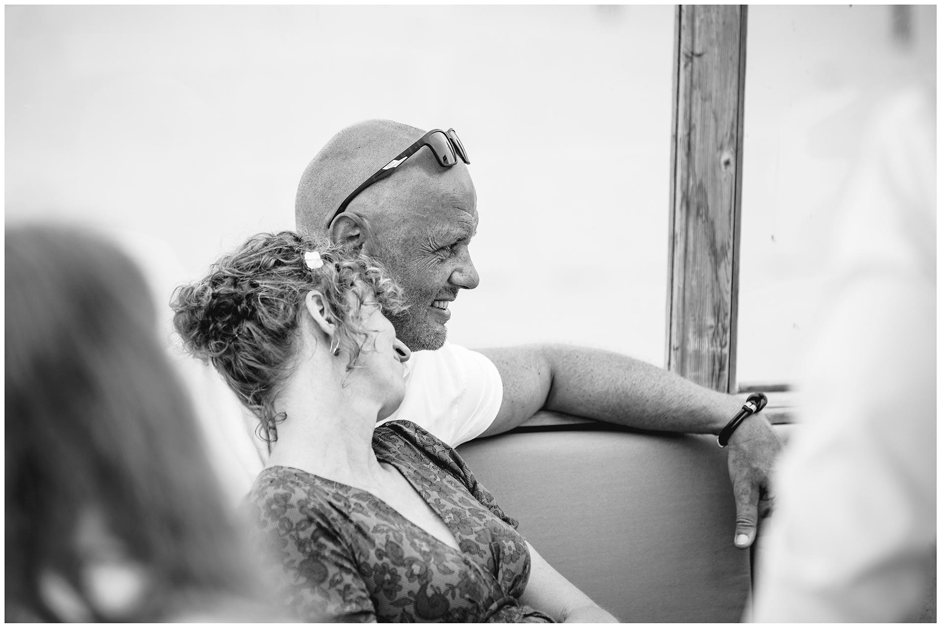 ein-paar-sitzt-aneinander-gelehnt-Hochzeit-am-Strand-Hochzeitsfotograf-Warnemuende-Hochzeitsfotograf-Rostock-Hochzeitsfotograf-Ostseebad-Warnemuende