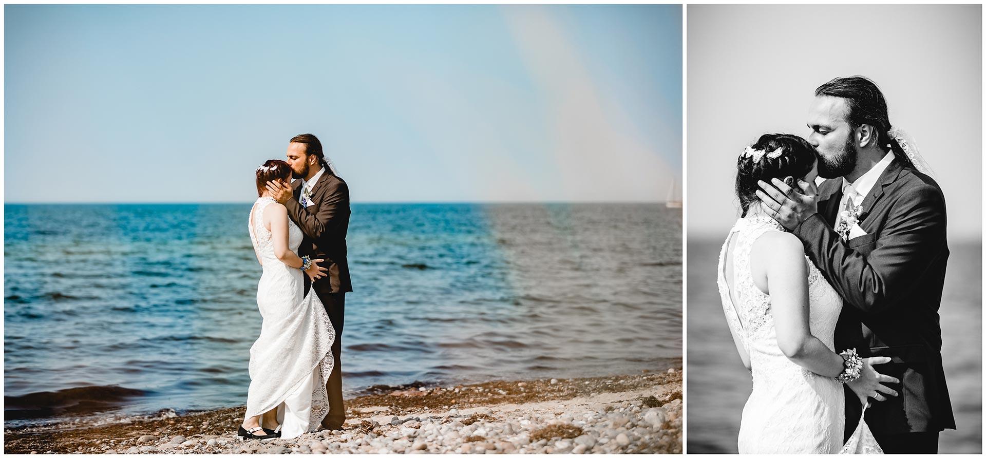 Braeutigam-küsst-Braut-liebevoll-die-Stirn-Hochzeitsshooting-Hochzeit-am-Strand-Hochzeitsfotograf-Warnemuende-Hochzeitsfotograf-Rostock-Hochzeitsfotograf-Ostseebad-Warnemuende