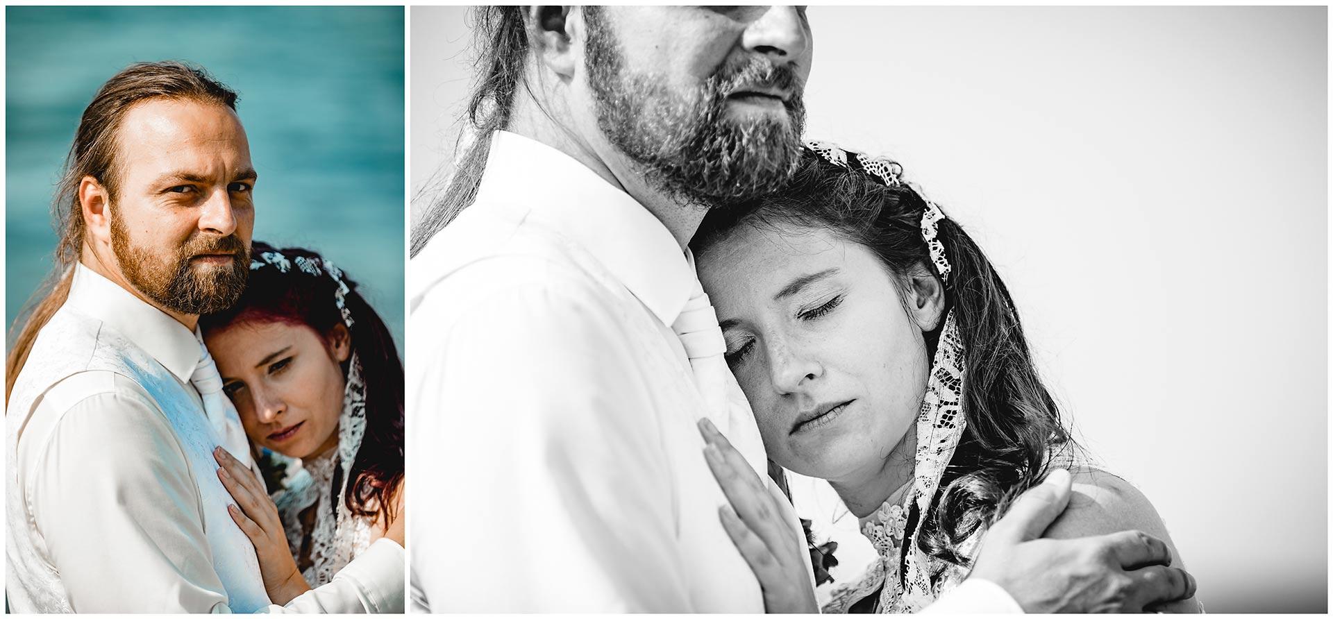 Portraitaufnahme_Braut-lehnt-mit-Kopf-an-der-Schulter-ihres-Mannes-Hochzeitsshooting-Hochzeit-am-Strand-Hochzeitsfotograf-Warnemuende-Hochzeitsfotograf-Rostock-Hochzeitsfotograf-Ostseebad-Warnemuende