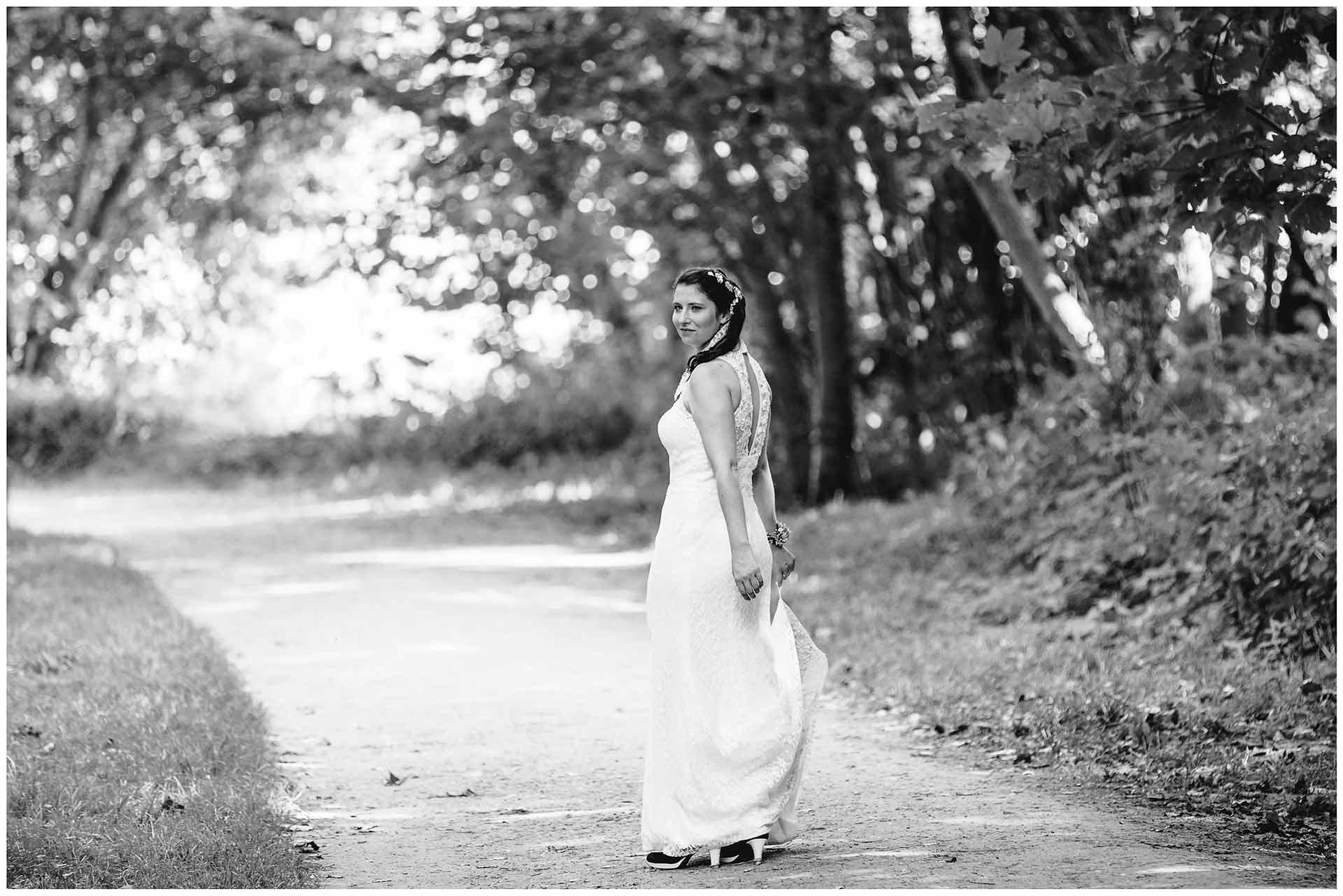 Braut-schaut-ueber-die-Schulter-und-laechelt-Hochzeitsshooting-Hochzeit-am-Strand-Hochzeitsfotograf-Warnemuende-Hochzeitsfotograf-Rostock-Hochzeitsfotograf-Ostseebad-Warnemuende