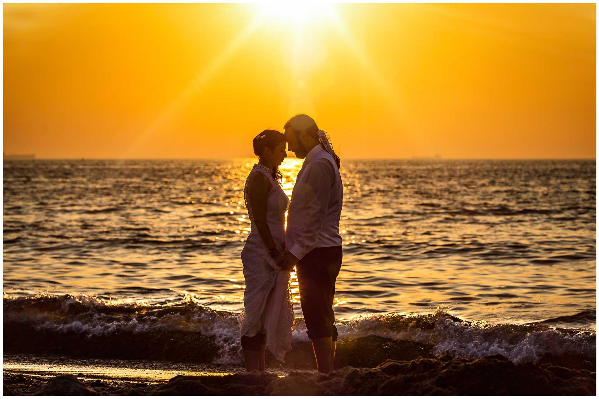 Brautpaar-am-Strand-von-Warnemuende-bei-Sonnenuntergang-Hochzeitsfotografie-Hochzeitsfotograf-Warnemuende-Hochzeitsfotograf-Rostock-Hochzeitsfotograf-Ostseebad-Warnemuende