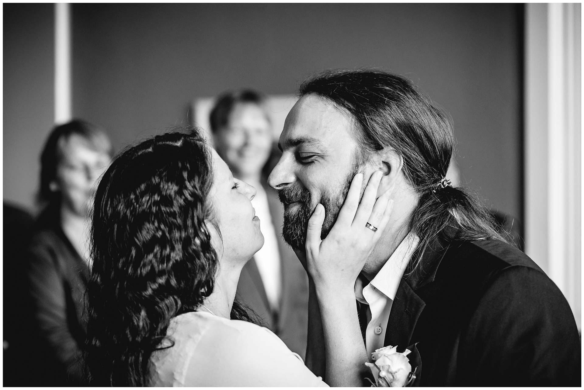 Braut hält zärtlich das Gesicht des Bräutigams in ihren Handen - Hochzeitsfotograf in Teterow