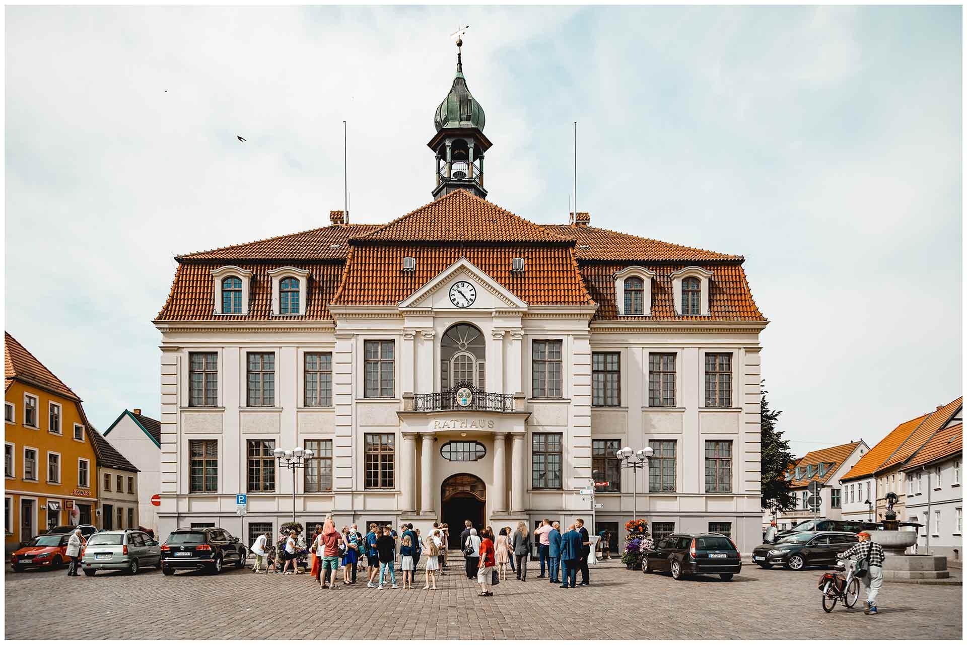 Hochzeitsgäste stehen vor dem Rathaus Teterow - Hochzeitsfotograf in Teterow