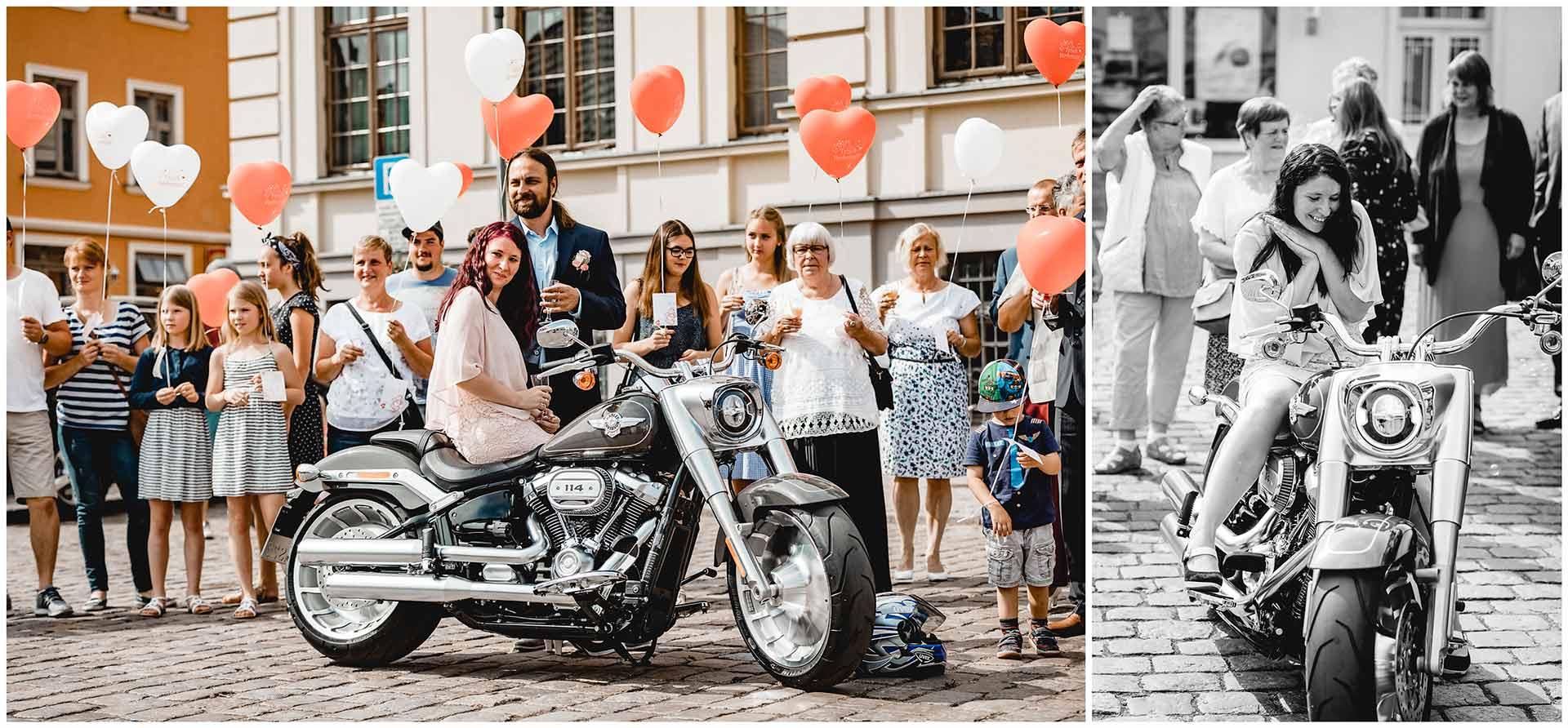 Braut sitzt auf Harley Davidson, Braut freut sich über die Harley Davidson - Hochzeitsfotograf in Teterow