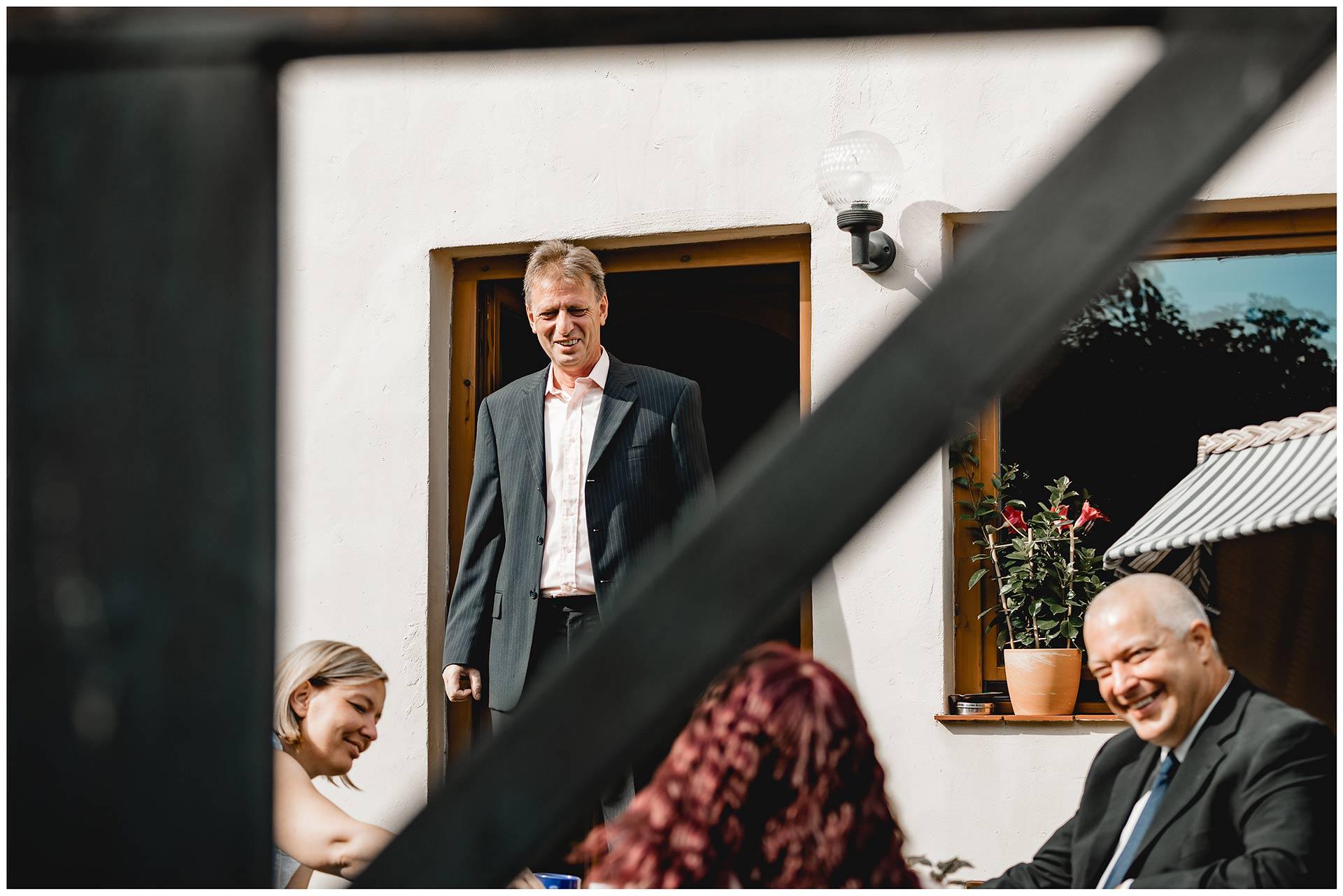 Brautvater lächelt zufrieden - Hochzeitsfotograf Teterow