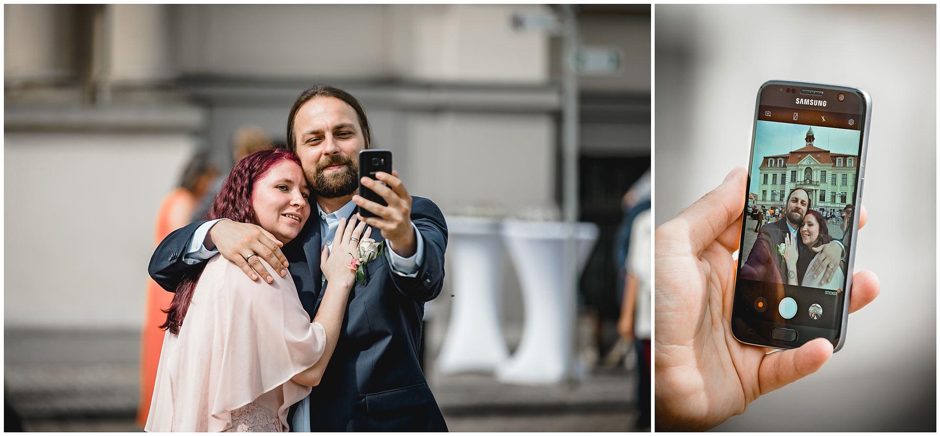 Brautpaar macht ein Selfie - Hochzeitsfotograf in Teterow