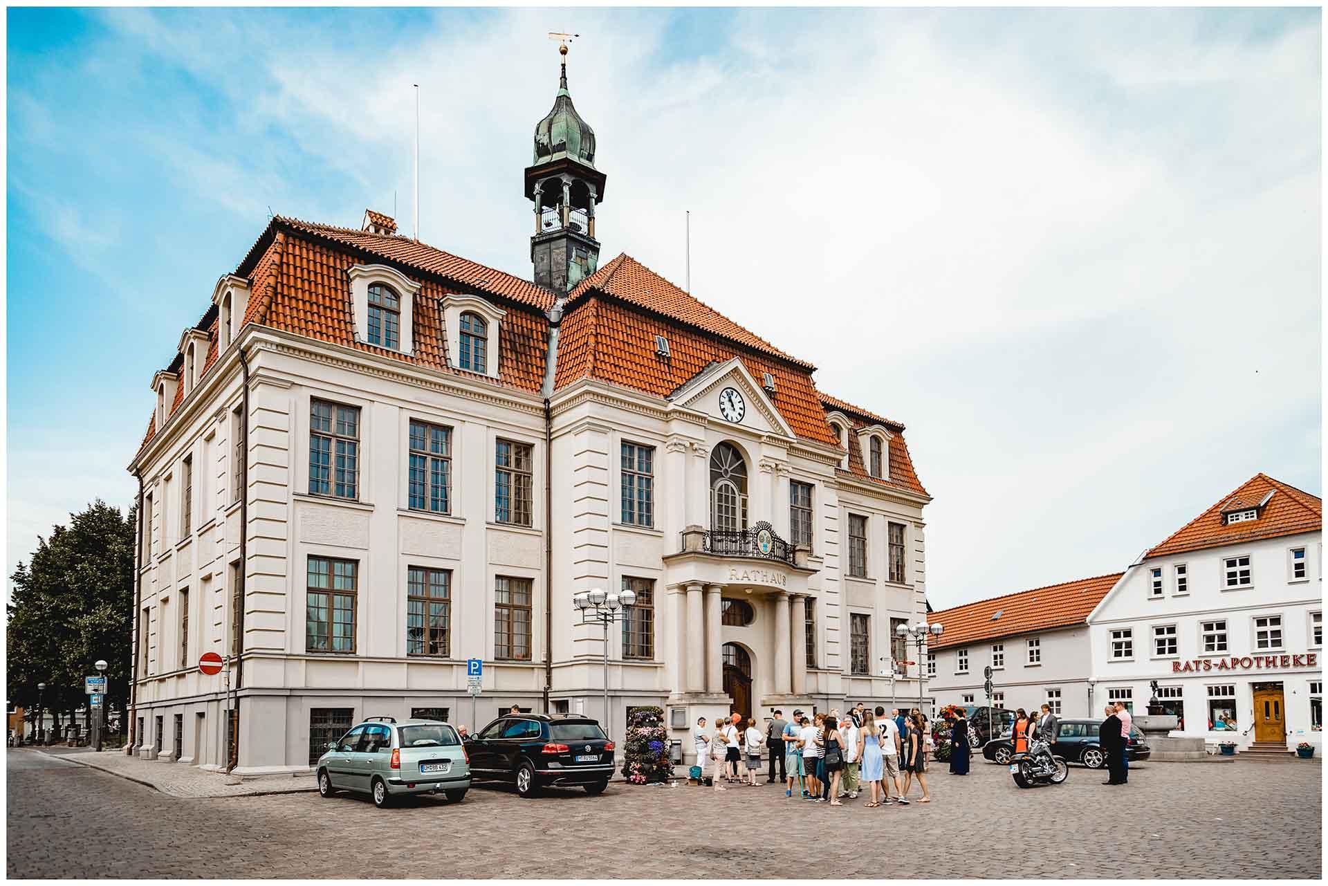 Hochzeitsgäste vor dem Rathaus Teterow - Hochzeitsfotograf in Teterow