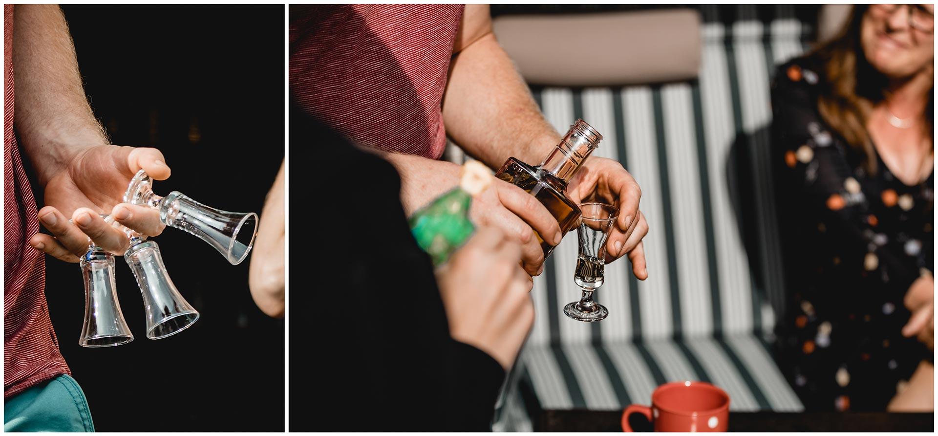 Schnappsgläser, Braut und Bruder trinken einen Schnaps zur Beruhigung - Hochzeitsfotograf in Teterow