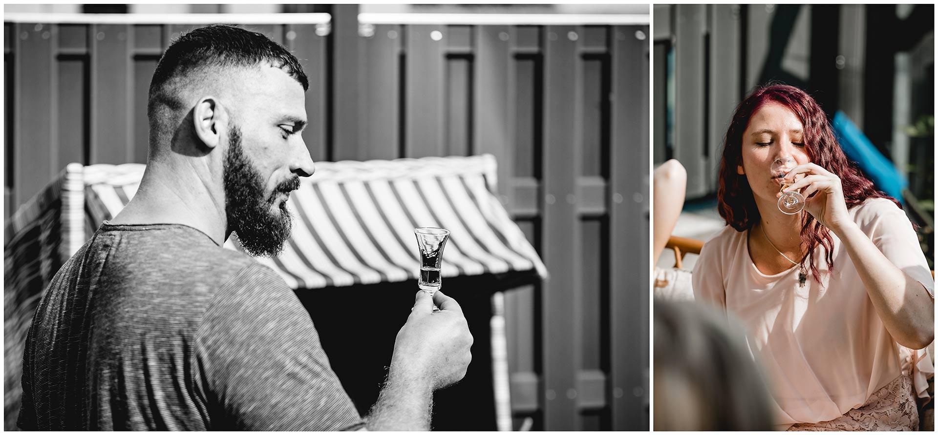 Braut und Bruder trinken einen Schnaps zur Beruhigung - Hochzeitsfotograf in Teterow