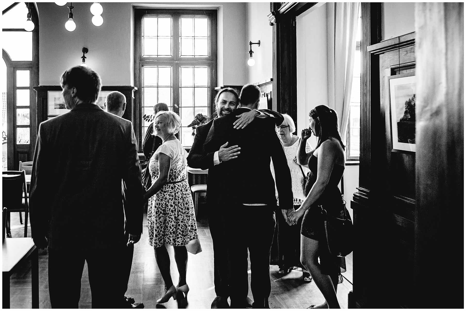 Bräutigam begrüßt Gäste im Standesamt Teterow - Hochzeitsfotograf in Teterow