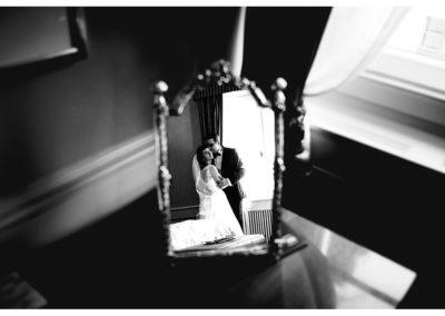 brautpaar-arm-in-arm-als-spiegelbild-in-spiegel-von-hochzeitssuite-burg-schlitz-sw-hochzeitsfoto