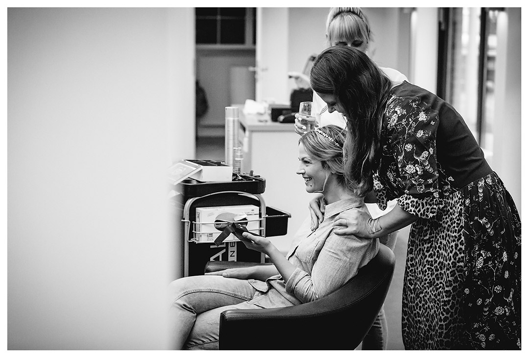 Schwester-der-Braut-steht-hinter-ihr-Haende-auf-Schultern-der-Braut - Fotograf Rostock