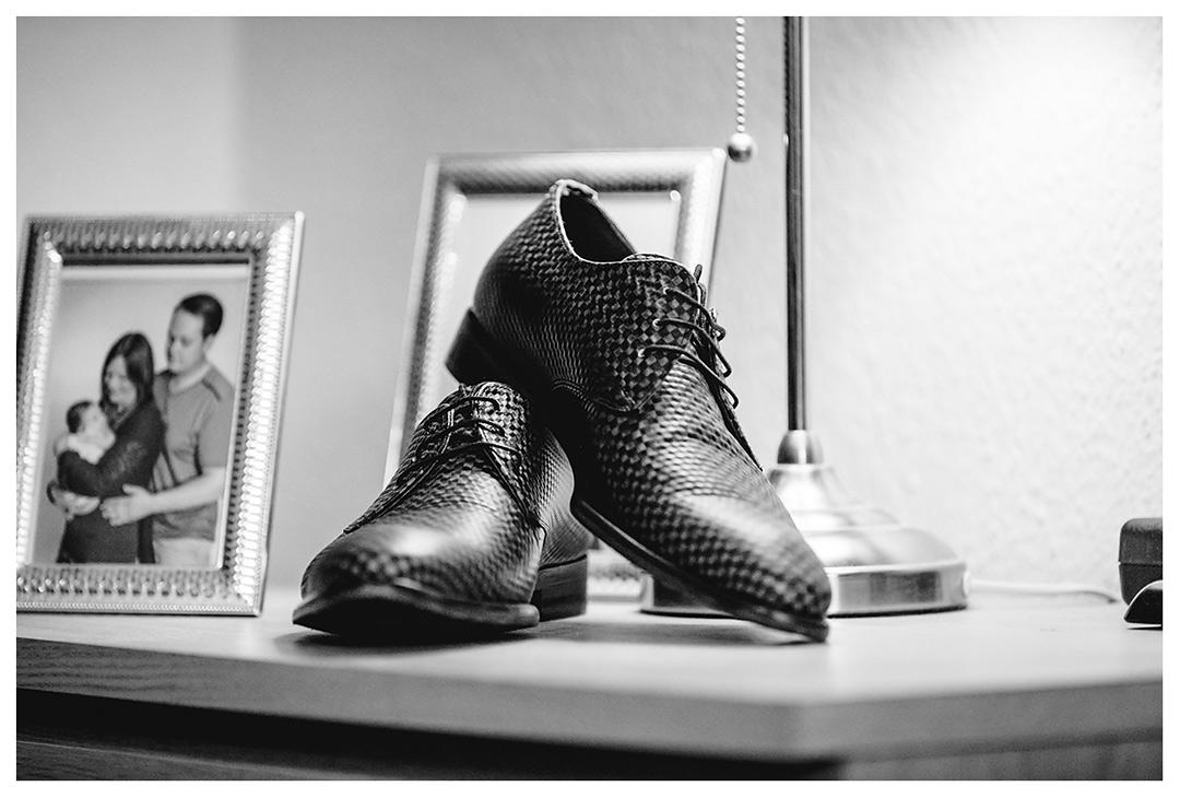 Hochzeitsfotograf - Nahaufnahme-Schuhe-vom-Braeutigam-auf-Nachttisch - Hochzeitsfotograf Villa Papendorf