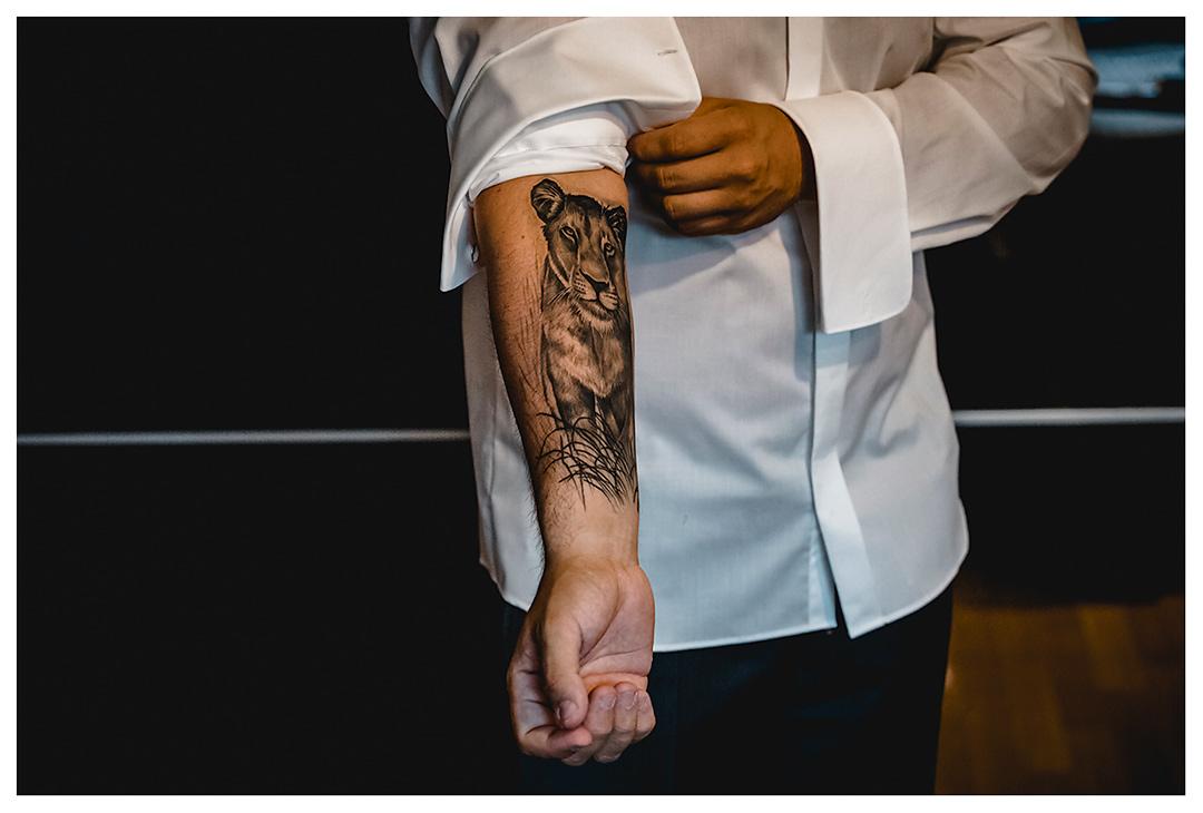 Tattoo-auf-Unterarm-Bräutigam - Hochzeitsfotograf-Villa-Papendorf - Getting Ready