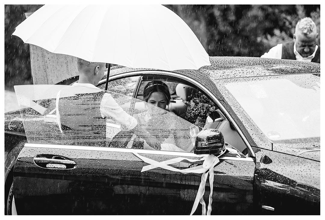 Braut kommt an und steigt aus Auto - Hochzeitsfotograf Villa Papendorf