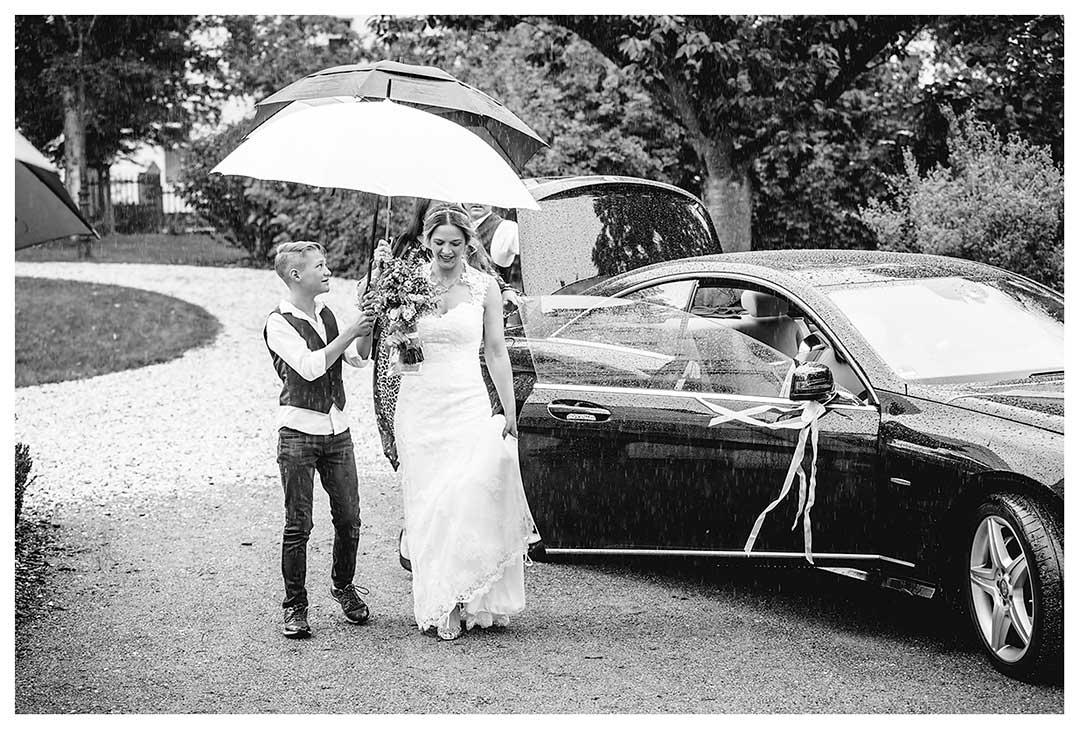 Hochzeitsfotograf Rostock - Braut kommt an und steigt aus Auto - Fotograf Rostock - Hochzeitsfotograf Villa Papendorf