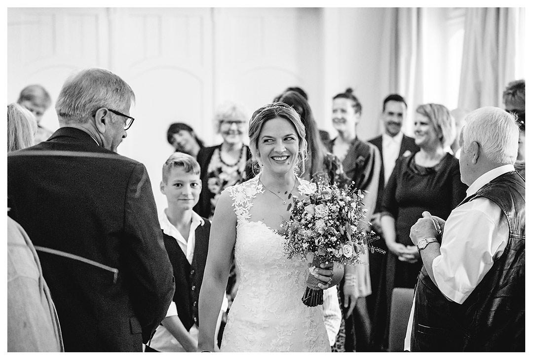 Hochzeitsfotograf Rostock - Braut kommt in Trausaal - Fotograf Rostock - Hochzeitsfotograf Villa Papendorf