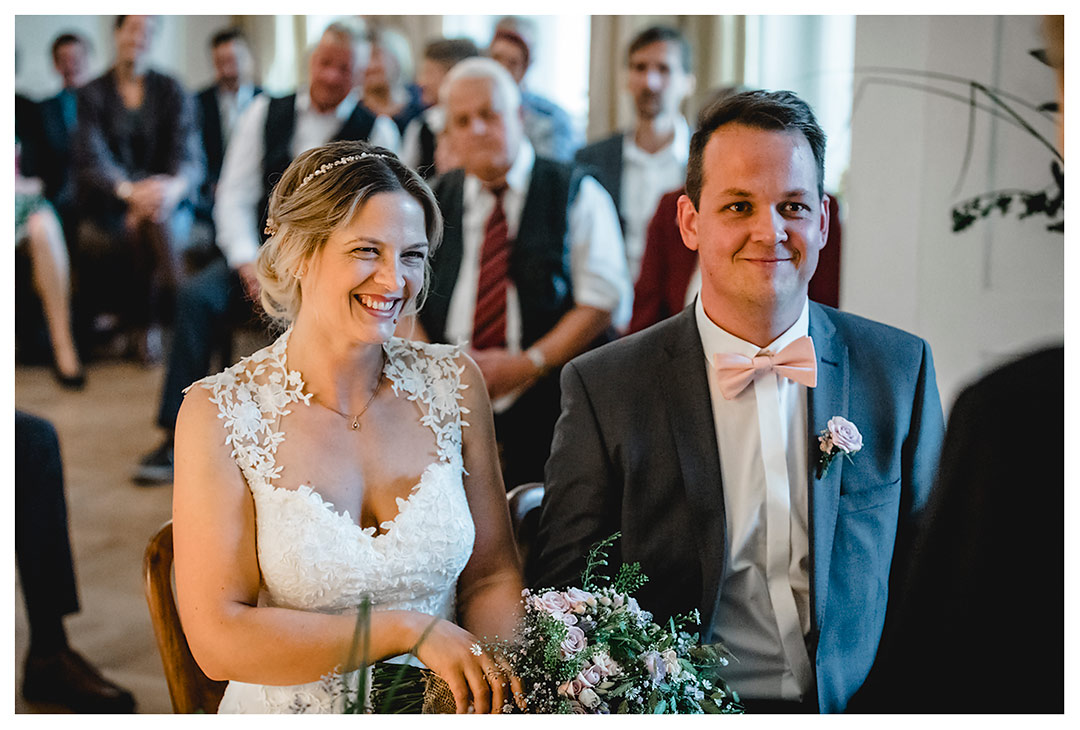 Hochzeitsfotograf Rostock - Brautpaar sitzt und lächelt - Fotograf Rostock - Hochzeitsfotograf Villa Papendorf