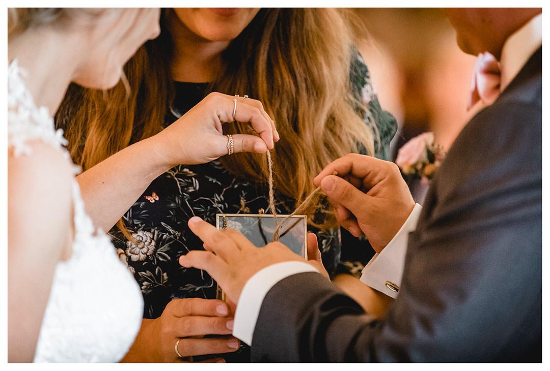 Hochzeitsfotograf Rostock - Brautpaar nimmt Eheringe aus Schatulle - Fotograf Rostock - Hochzeitsfotograf Villa Papendorf