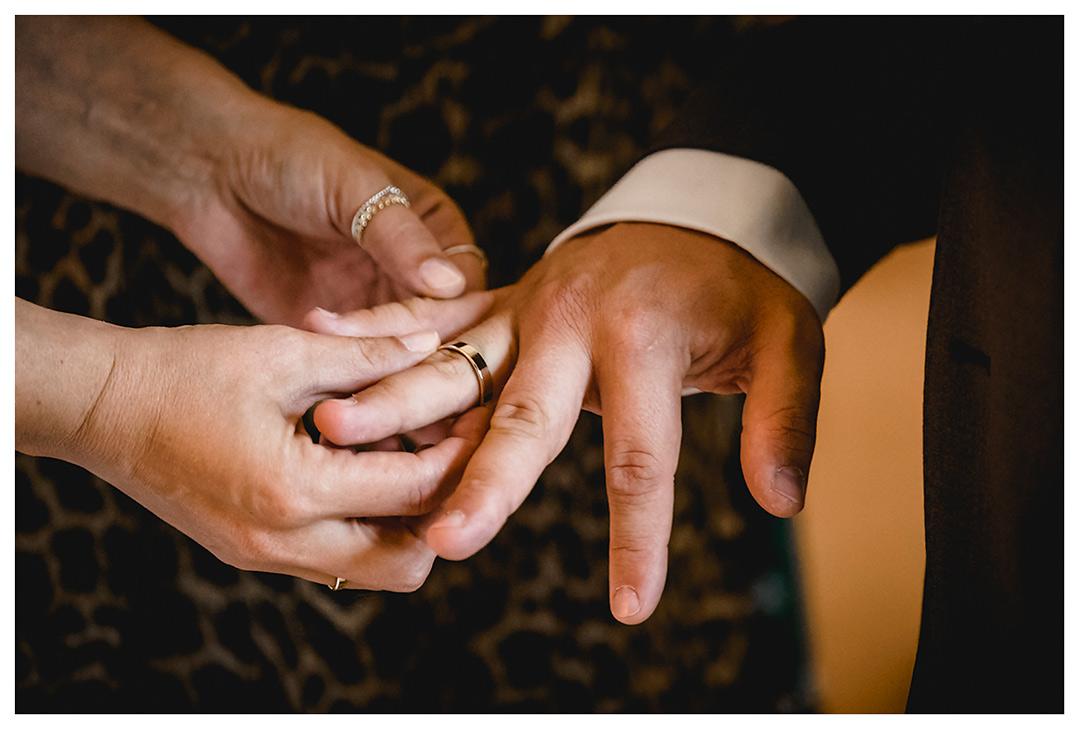 Hochzeitsfotograf Rostock - Braut steckt Bräutigam Ehering auf - Fotograf Rostock - Hochzeitsfotograf Villa Papendorf
