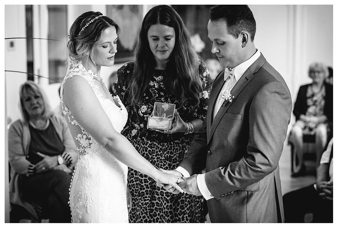 Hochzeitsfotograf Rostock - Brautpaar schaut sich Ring an Hand der Braut an - Fotograf Rostock - Hochzeitsfotograf Villa Papendorf