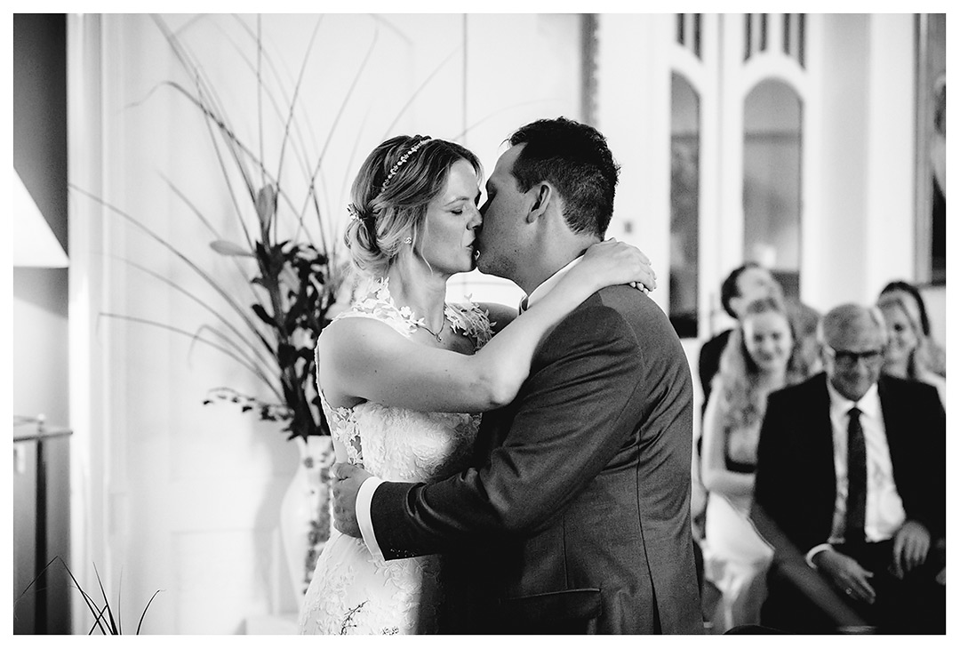 Hochzeitsfotograf Rostock - Brautpaar küsst sich - Fotograf Rostock - Hochzeitsfotograf Villa Papendorf