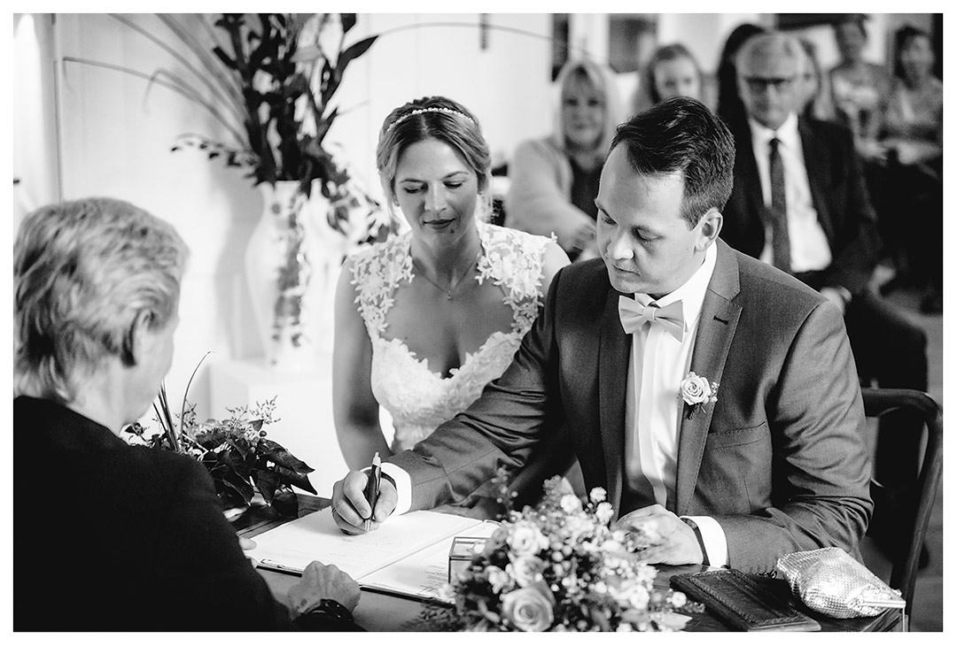 Hochzeitsfotograf Rostock - Bräutigam bei Unterschrift - Fotograf Rostock - Hochzeitsfotograf Villa Papendorf