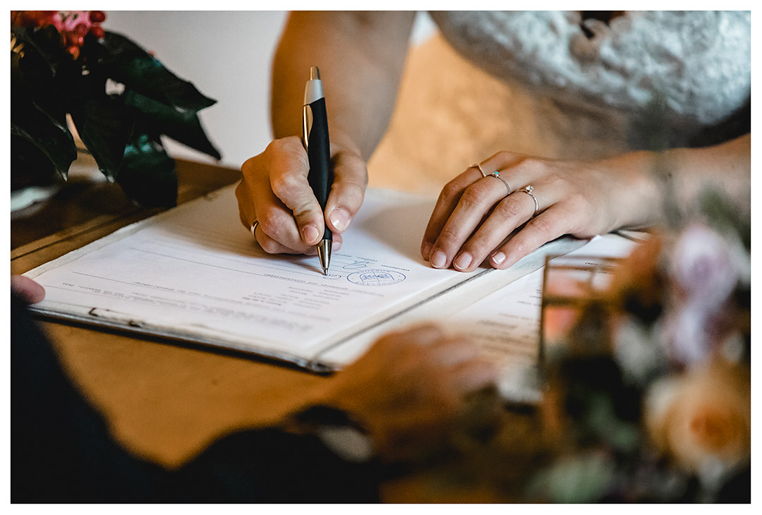 Hochzeitsfotograf - Nahaufnahme Hand der Braut beim Unterschreiben - Hochzeitsfotograf Villa Papendorf
