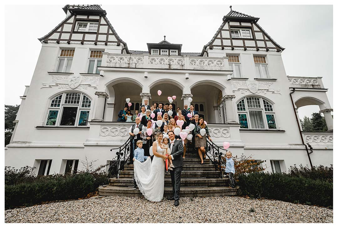 Gruppenfoto Hochzeit vor Villa Papendorf - Hochzeitsfotograf Villa Papendorf - Hochzeitsfotos