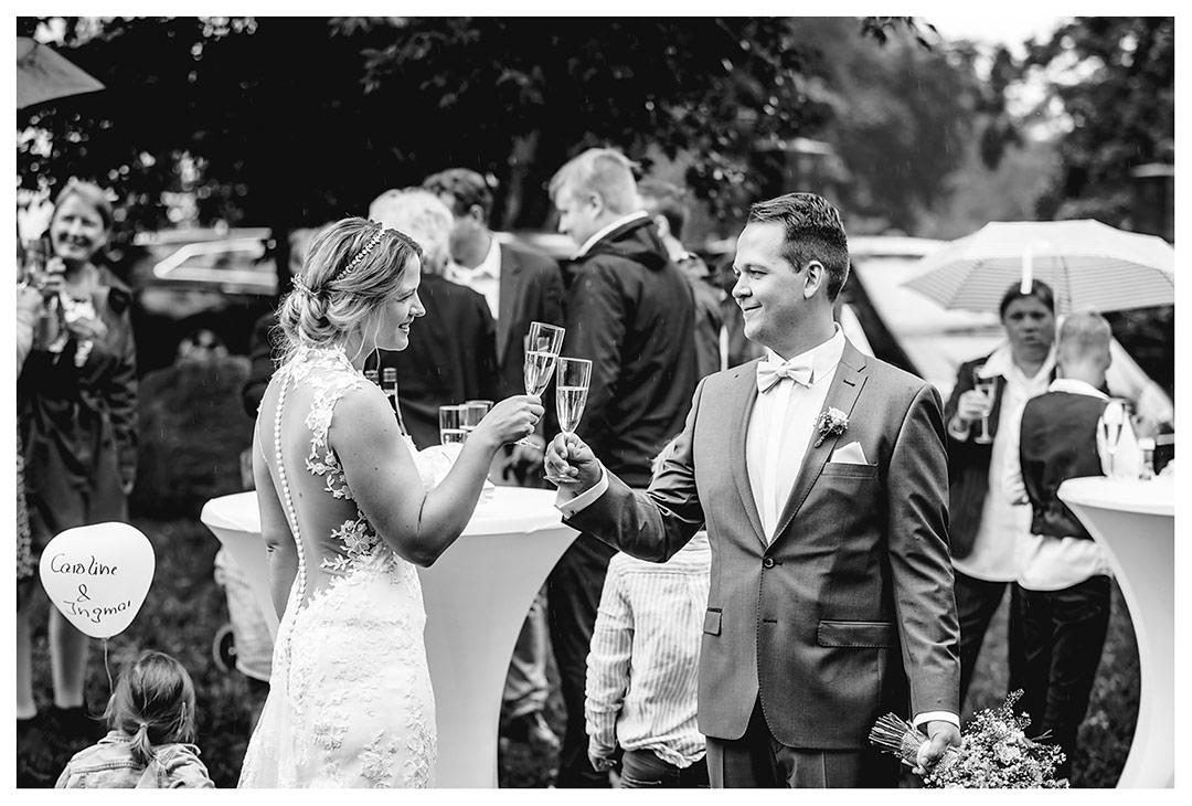 Hochzeitsfotograf - Brautpaar stößt mit Sekt an - Hochzeitsfotograf Villa Papendorf