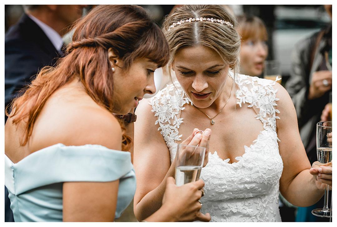 Hochzeitsfotograf Rostock - Braut und Freundin schauen sich Ehering an - Fotograf Rostock - Hochzeitsfotograf Villa Papendorf