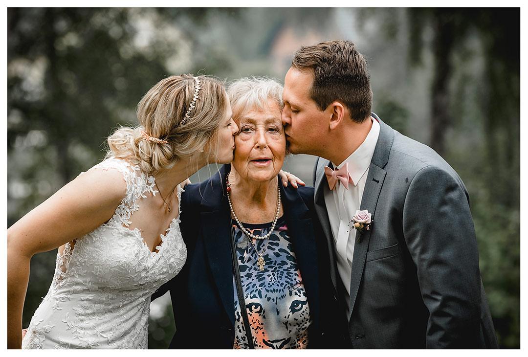 Hochzeitsfotograf Rostock - Gruppenfoto - Brautpaar küsst Oma auf die Wange - Fotograf Rostock - Hochzeitsfotograf Villa Papendorf