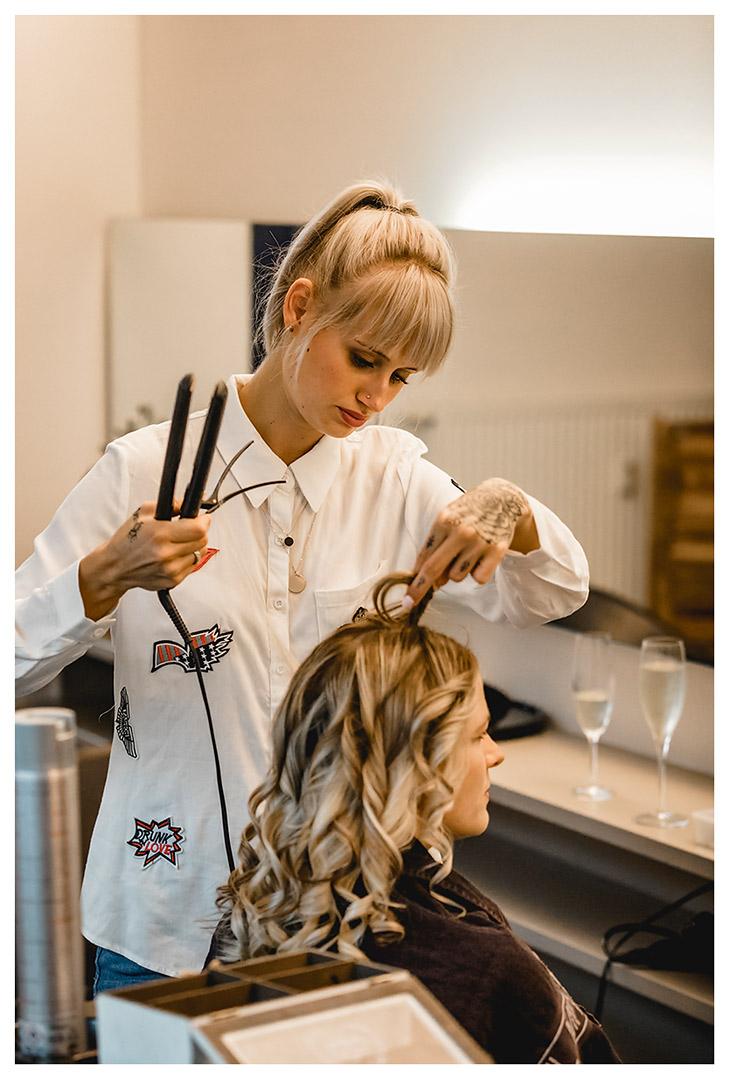 Friseurin-macht-Haare-der-Braut - Fotograf Rostock