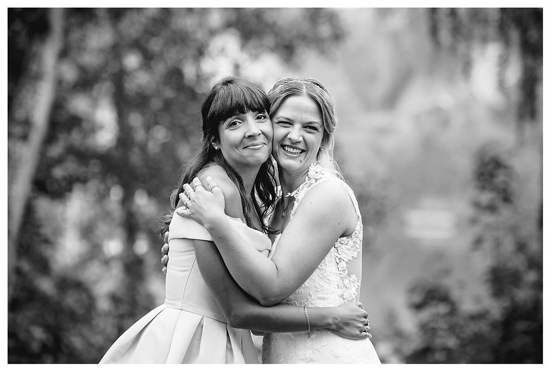 Hochzeitsfotograf Rostock - Braut mit bester Freundin - Fotograf Rostock - Hochzeitsfotograf Villa Papendorf