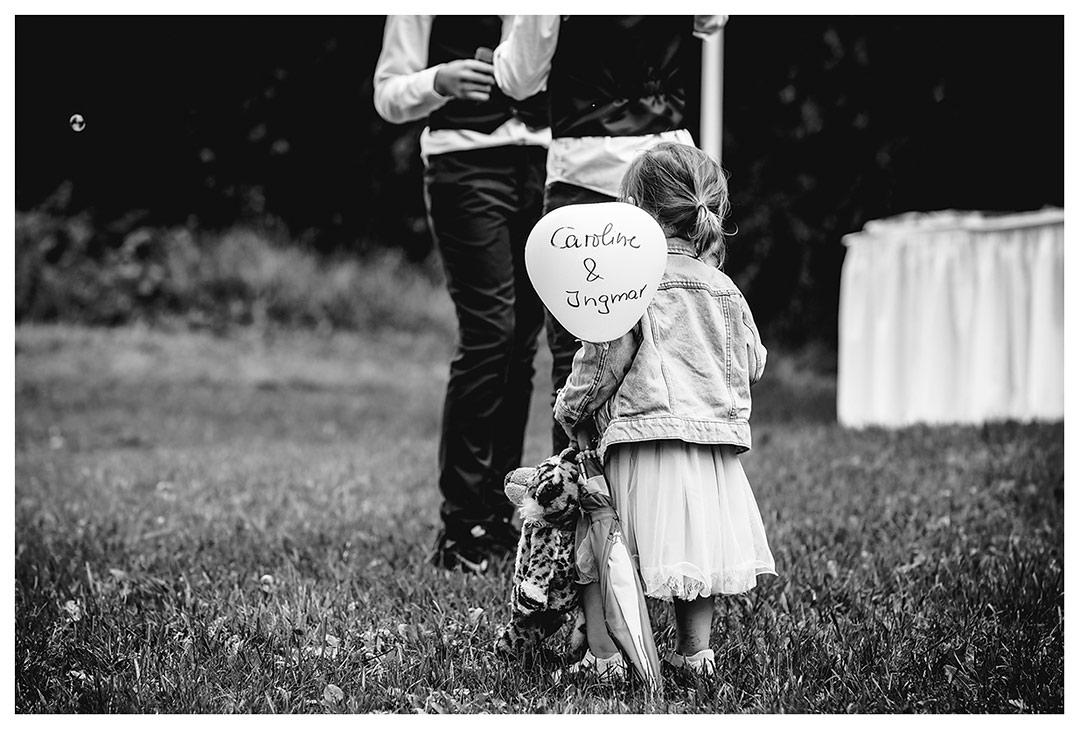Hochzeitsfotograf - kleines Mädchen mit Luftballon - Hochzeitsfotograf Villa Papendorf
