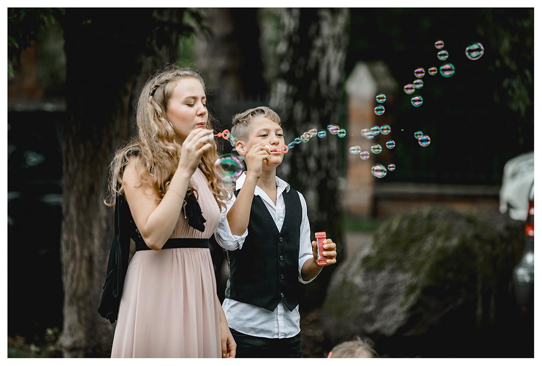 Hochzeitsfotograf - zwei Kinder pusten Seifenblasen - Hochzeitsfotograf Villa Papendorf