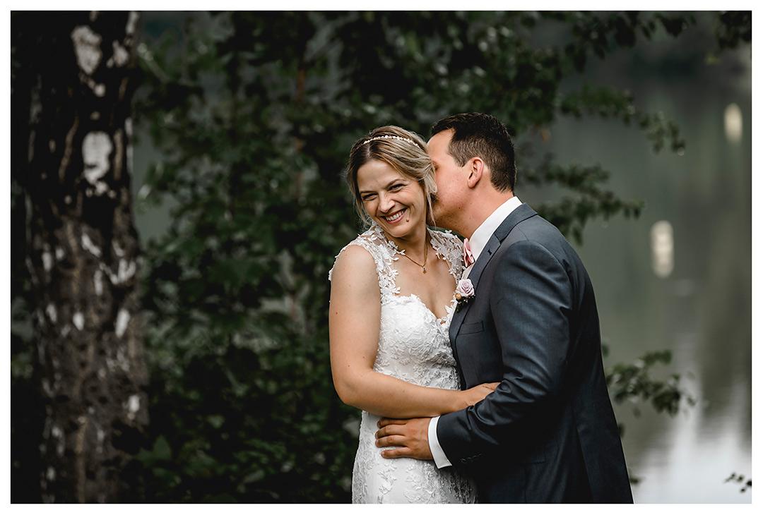 Hochzeitsfotograf Rostock - Brautpaarshooting - Brautpaar Arm in Arm und Braut lächelt - Fotograf Rostock - Hochzeitsfotograf Villa Papendorf