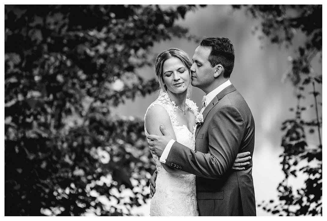 Hochzeitsfotograf Rostock - Brautpaarshooting - Brautpaar lehnt zärtlich zusammen - Fotograf Rostock - Hochzeitsfotograf Villa Papendorf