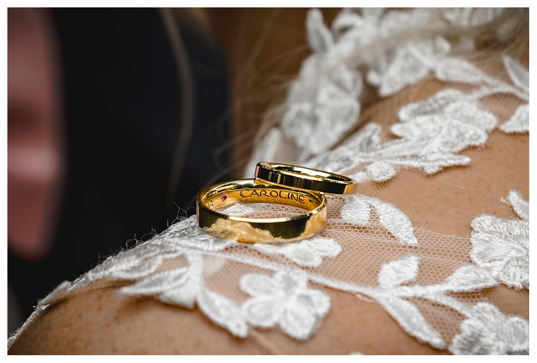 Hochzeitsfotograf Rostock - Brautpaarshooting - Nahaufnahme Eheringe liegend auf Schulter der Braut - Fotograf Rostock - Hochzeitsfotograf Villa Papendorf