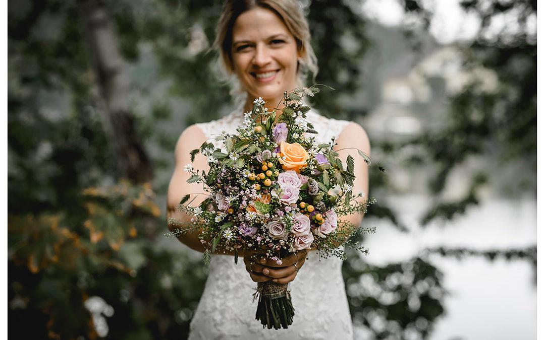 Hochzeitsfotograf Rostock - Brautpaarshooting - Brautstrauß in Händen der Braut - Hochzeitsfotograf Rostock - Hochzeitsfotograf Villa Papendorf