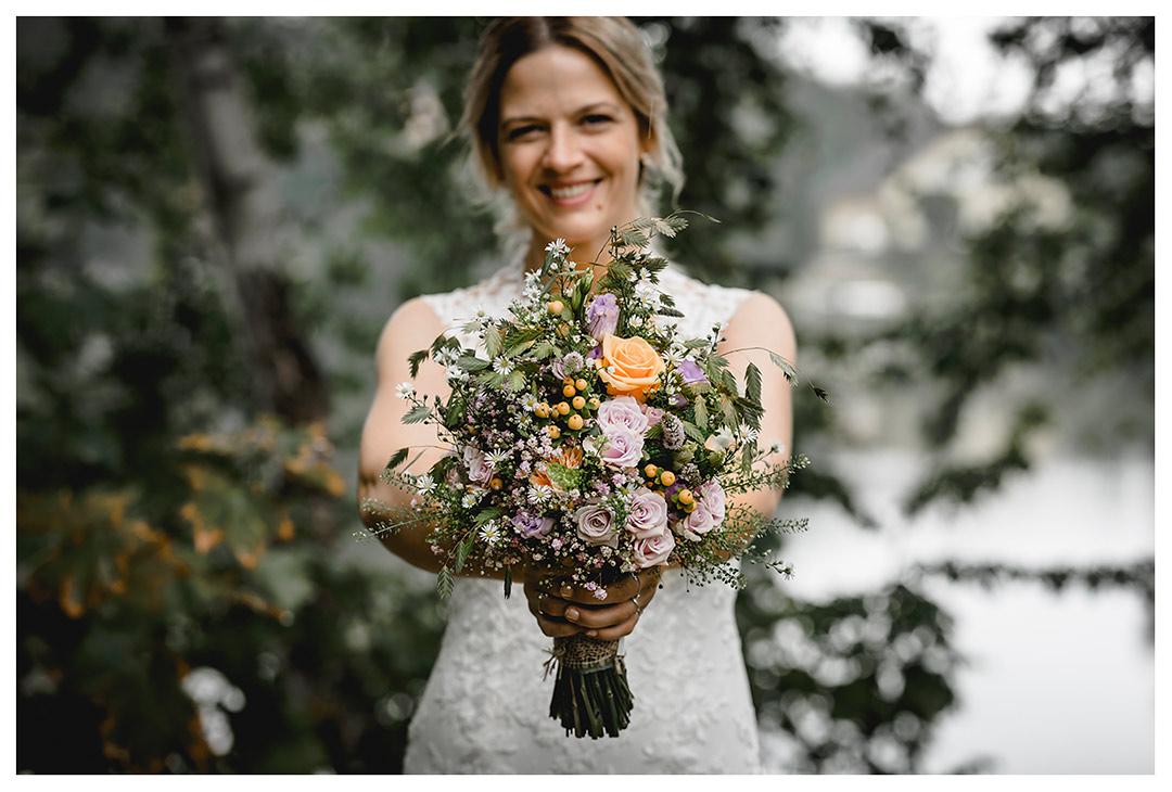 Hochzeitsfotograf Rostock - Brautpaarshooting - Brautstrauß in Händen der Braut - Fotograf Rostock - Fotograf Villa Papendorf