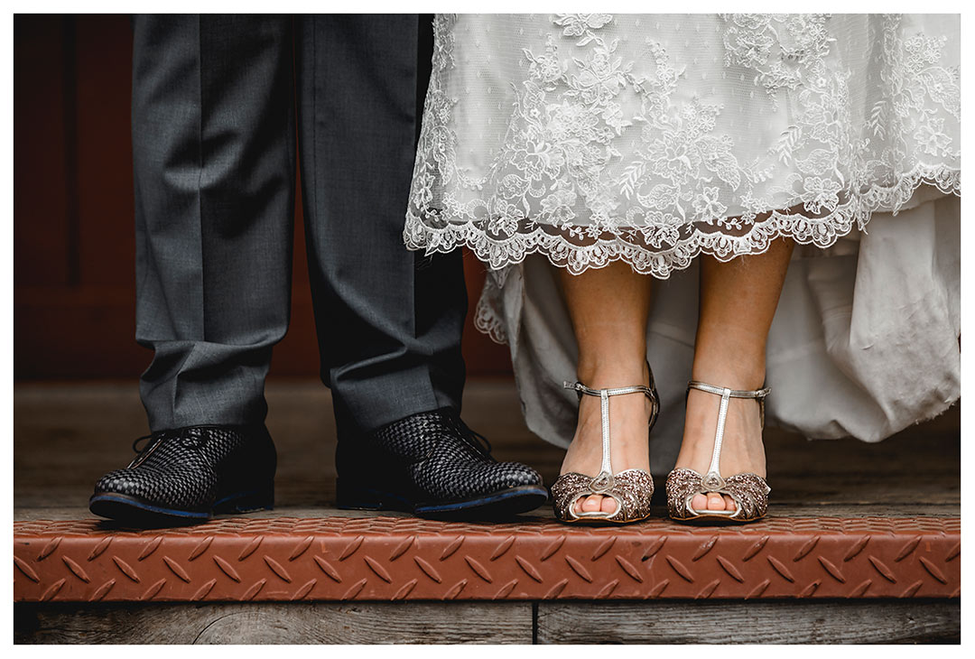Hochzeitsfotograf Rostock - Nahaufnahme Schuhe Brautpaar - Fotograf Rostock - Hochzeitsfotograf Villa Papendorf